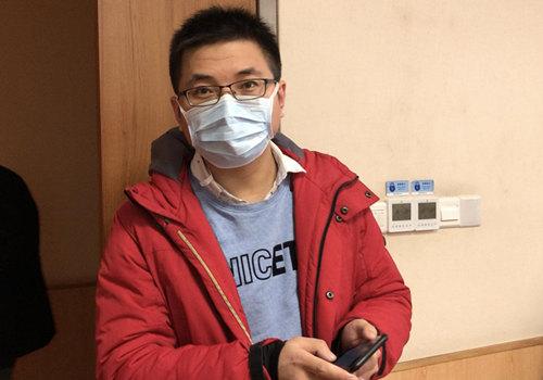 图为临行前还在交接工作的感染性疾病科医师王小辉